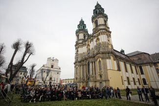 """Po prawie dwóch latach od podpisania przez Władze Województwa Dolnośląskiego jako lidera projektu z Polską Organizacją Turystyczną pre-umowy na przygotowanie projektu do złożenia wniosku i po ponad roku od podpisania umowy na jego dofinansowanie, w pocysterskim zespole klasztornym w Krzeszowie na Dolnym Śląsku 5 listopada 2011 roku odbyła się uroczysta inauguracja promocji nowego szlaku turystycznego pn. """"Południowo-Zachodni Szlak Cysterski"""""""