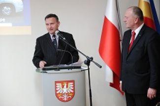Od lewej dr Jacek Olszewski z POT i prezes MOT Leszek Zegzda podczas otwarcia nowego Biura MOT