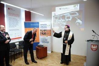 Biskup Damian Muskus święci nowy lokal MOT. Obok marszałek Małopolski Marek Sowa i prezes MOT Leszek Zegzda